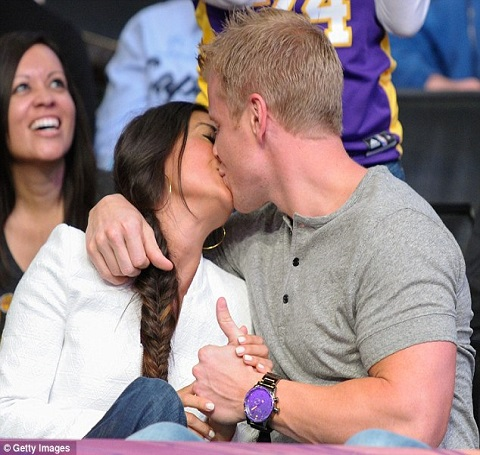 Catherine Giudici and Sean Lowe kissing