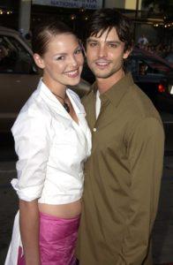 Katherine Heigl and Jason Behr posing close