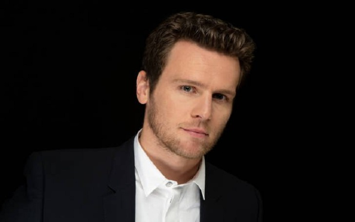 Openly Gay Actor Jonathan Groff Talked About Dating Former Boyfriends; Is He Dating Someone At Present Or Is Married Already To A Wife?