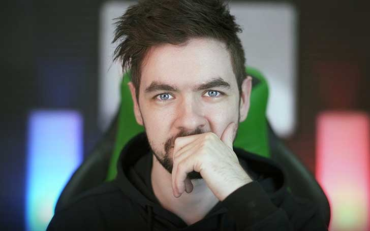Jacksepticeye formerly dated Signe Hansen but he broke up with her and he is currently single.