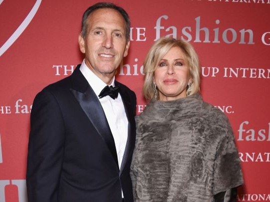 Howard Schultz with his Wife at an event