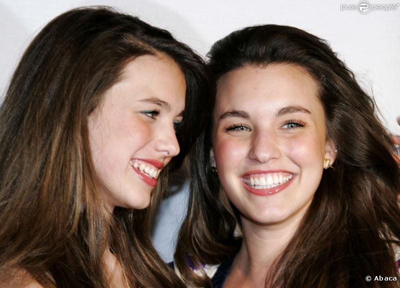 Rainey Qualley with her younger sister Sarah Margaret Qualley smiling