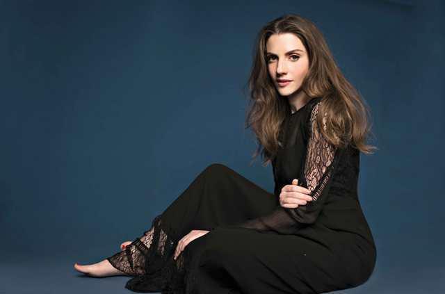 Neta Riskin looking very pretty.