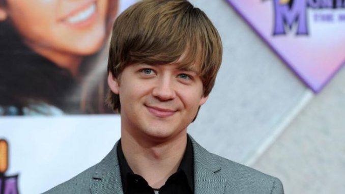 Jason Earles married Katie Drysen in 2017 after his divorce with former wife Jennifer Earles in 2013.