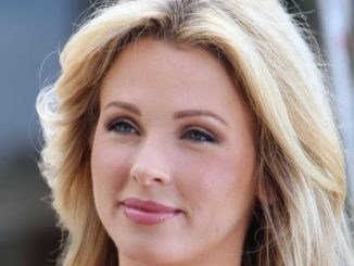 Shandi Finnessey is married to Ben Higgins since 2015.