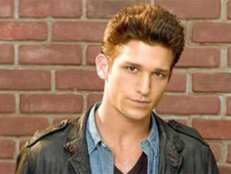 Daren Kagasoff has an estimated net worth of $450,000.