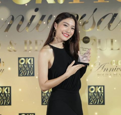 Nittha Jirayungyurn all in black poses with her award at 12th Ok Awards.