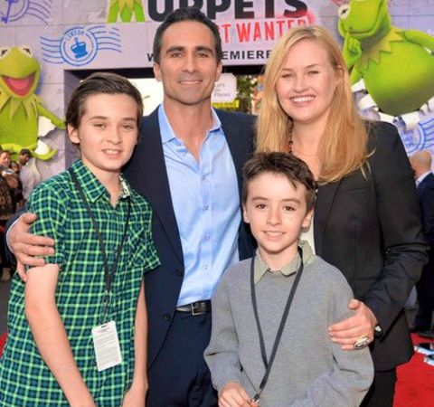 Nestor Carbonell with wife and two sons.