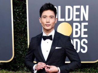 Manny Jacinto poses at the red carpet of Golden Globe Awards.
