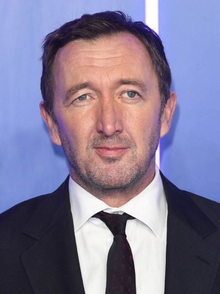 Ralph Ineson giving a pose in an event.