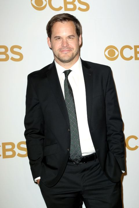 Kyle Bornheimer giving a pose in an event.