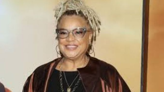 Kasi Lemmons is a director cum actress.