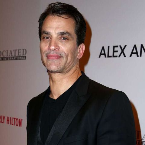 Johnathon Schaech giving a pose in an event.