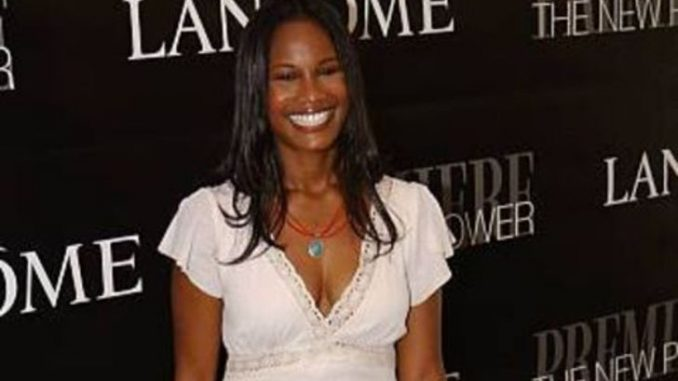 Robinne Lee is presently married to her husband, Eric Hayes.