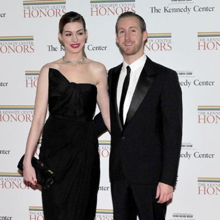 Adam Shulman with his wife Anne Hathaway at an award function